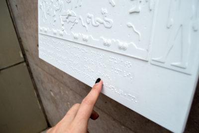 Lanzan inédito circuito de murales con sistema braille para personas con discapacidad visual