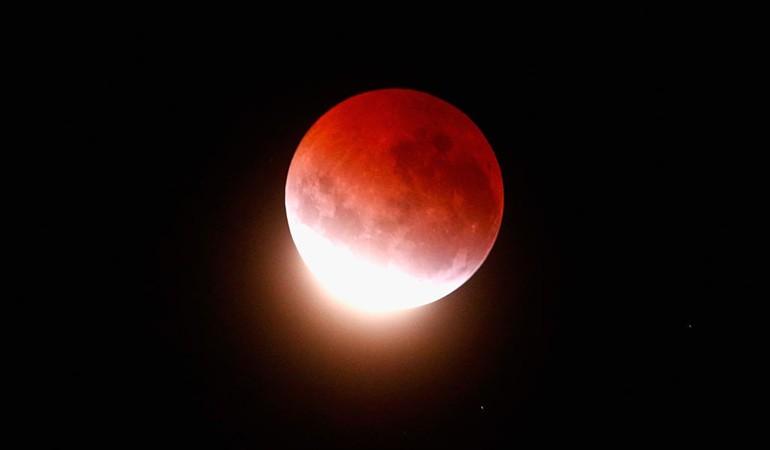 """""""Luna de sangre"""": El esperado eclipse de esta noche sólo se podrá ver en regiones australes del país"""