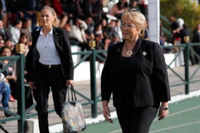 """Michelle Bachelet recurre a Gabriela Mistral para disparar contra Varela: """"En el progreso de un colegio, todos tenemos parte"""""""