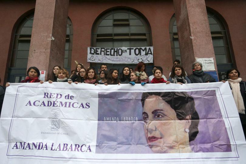 Más de cien académicas de la Universidad de Chile piden la renuncia de Carlos Carmona