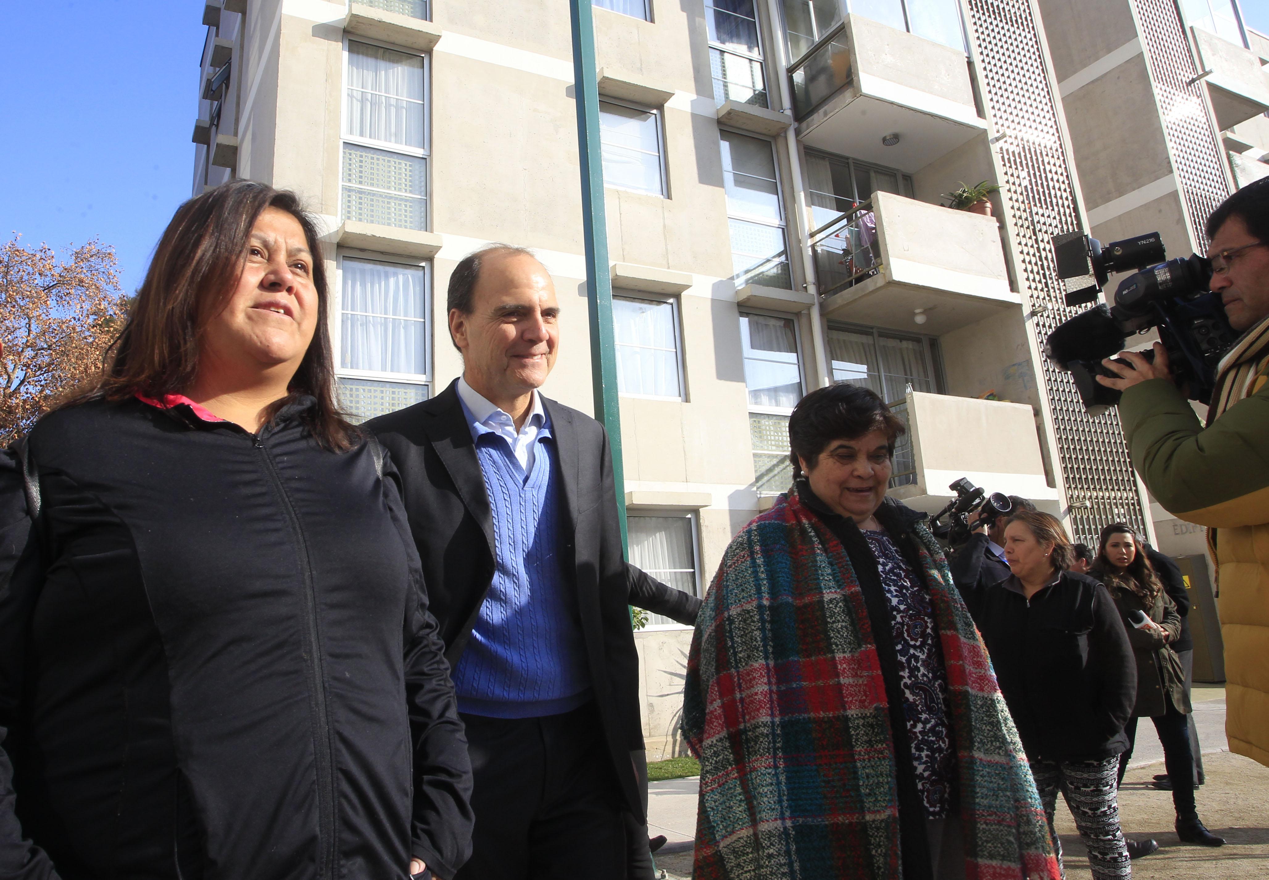 """""""Viviendas sociales en Las Condes: ministro Monckeberg critica a Kast por tildar a Lavín de populista"""""""
