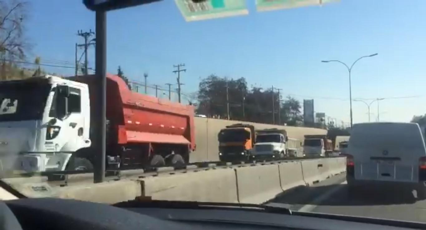VIDEO | Asociación de camioneros Tolva se toma las calles de Santiago a modo de protesta