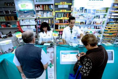 Fin a bolsas plásticas en farmacias: usuarios deberán pagar extra por alternativas