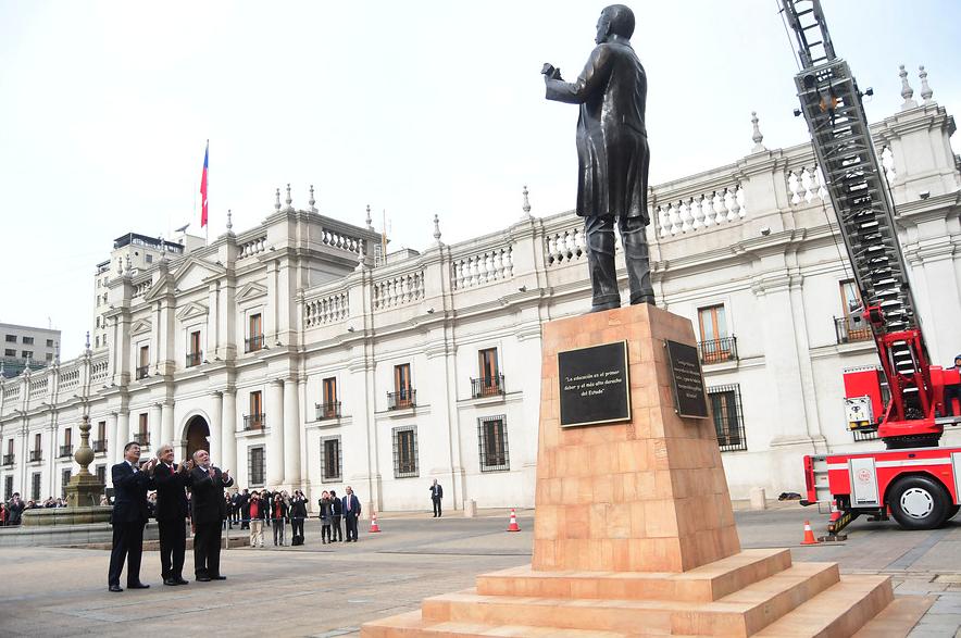 Piñera inaugura monumento a Pedro Aguirre Cerda con fuente Comic Sans