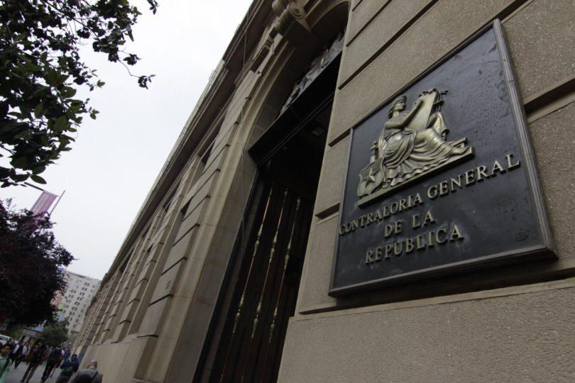 Contraloría objeta millonarios viajes de alcaldes y concejales de 28 comunas del país