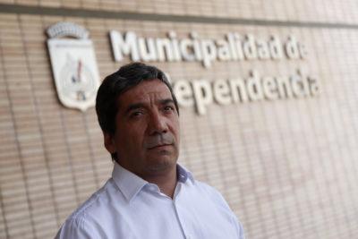 Independencia niega que despido de profesor tenga que ver con polémica por libro de Lemebel