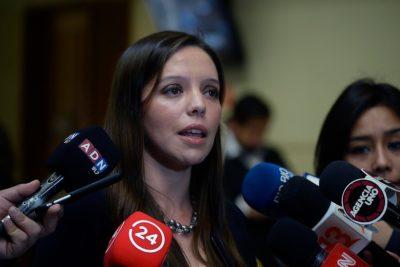 Subsecretaria Alejandra Bravo se enfrenta a diputada Camila Flores por defensa a Pinochet