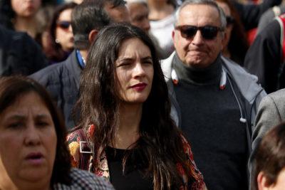 """Camila Vallejo hizo saltar a la derecha con dos tuits donde tildó de """"indecente"""" publicación de Piñera en El Mercurio"""