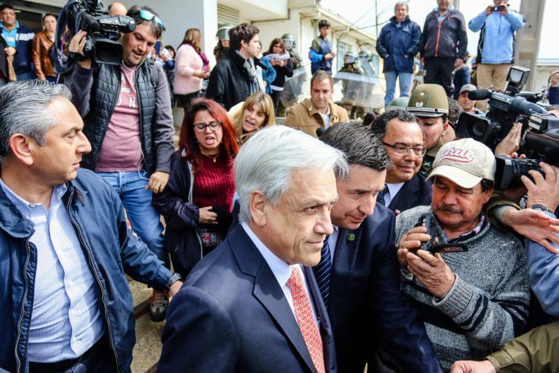 FOTOS + VIDEOS|Piñera lo pasa mal en Quintero: vecinos reciben con puños y patadas el auto presidencial
