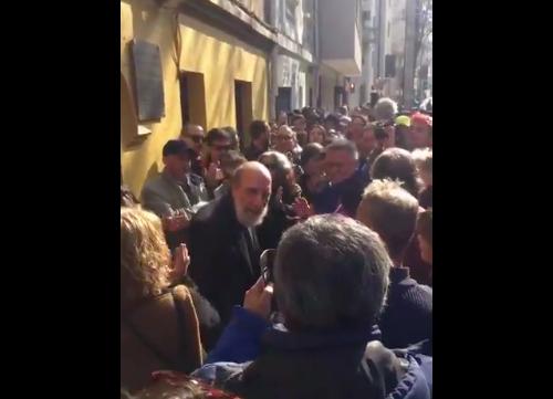 Artistas celebran renuncia de Mauricio Rojas con ovación a Raúl Zurita