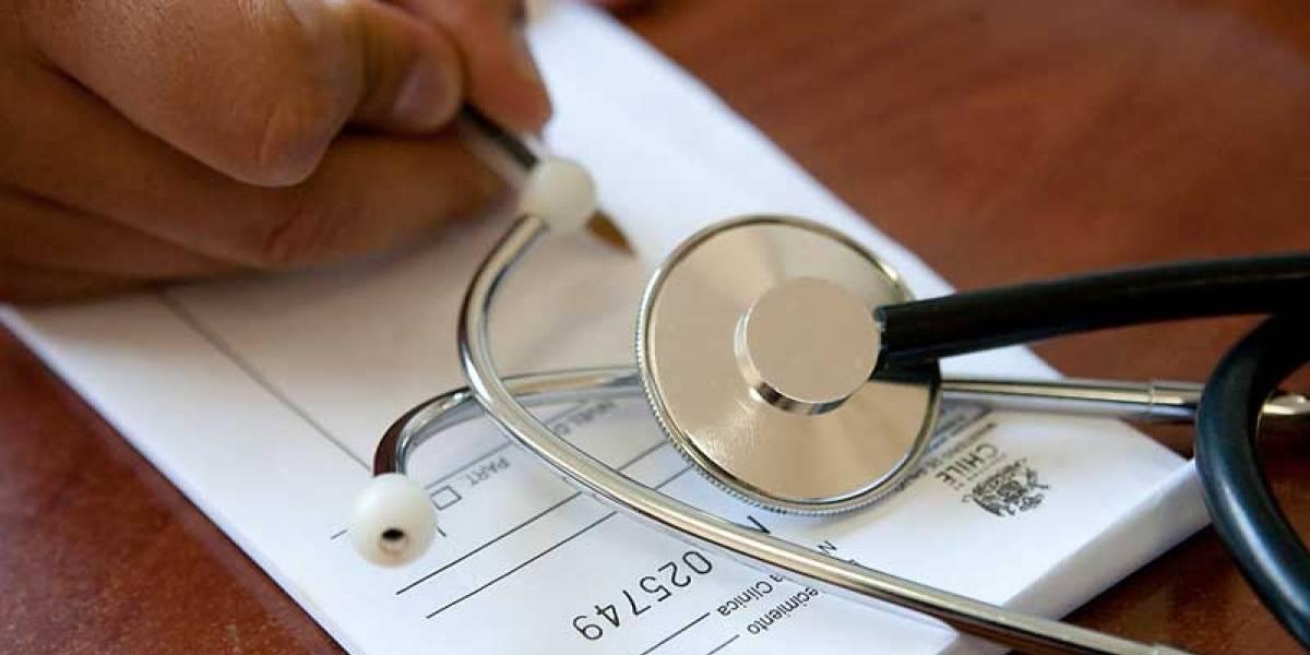 """Presentan querella contra 28 médicos por mal uso de licencias"""