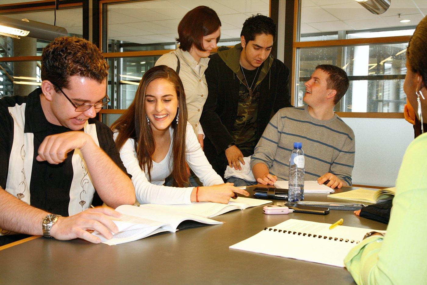 Estudiantes mejoran su aprendizaje resolviendo problemas en vez de memorizar