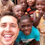 """""""Aman los celulares, jajaja"""": Ola de críticas a Karol Lucero por fotos con niños de Uganda"""