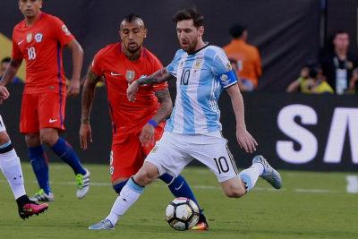 VIDEO + PORTADAS | ¿Compañeros? La frase de Vidal sobre Messi que los argentinos no perdonan