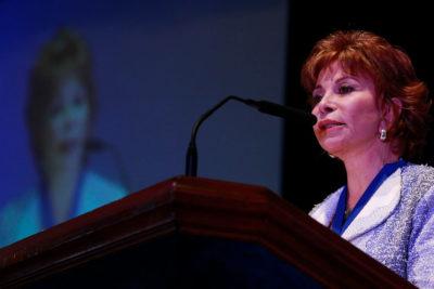 Gobierno felicita a Isabel Allende por inédito premio en EE.UU.