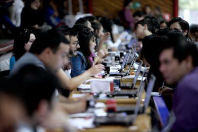 Mujeres chilenas universitarias ganan 35% menos que los hombres, la mayor brecha OCDE