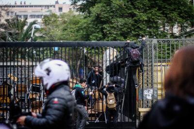 Violencia en liceos de Santiago: 12 expulsados y más de 400 alumnos se cambiaron durante el primer semestre