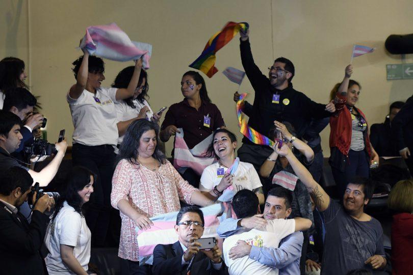 """Evópoli deja en evidencia a ciudadano que pedía furioso que no se """"metieran con mi familia"""" por Ley de Identidad de Género"""