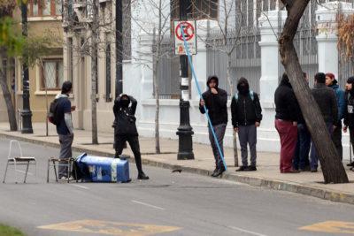 Dos detenidos y cinco carabineros heridos en incidentes afuera del Liceo de Aplicación