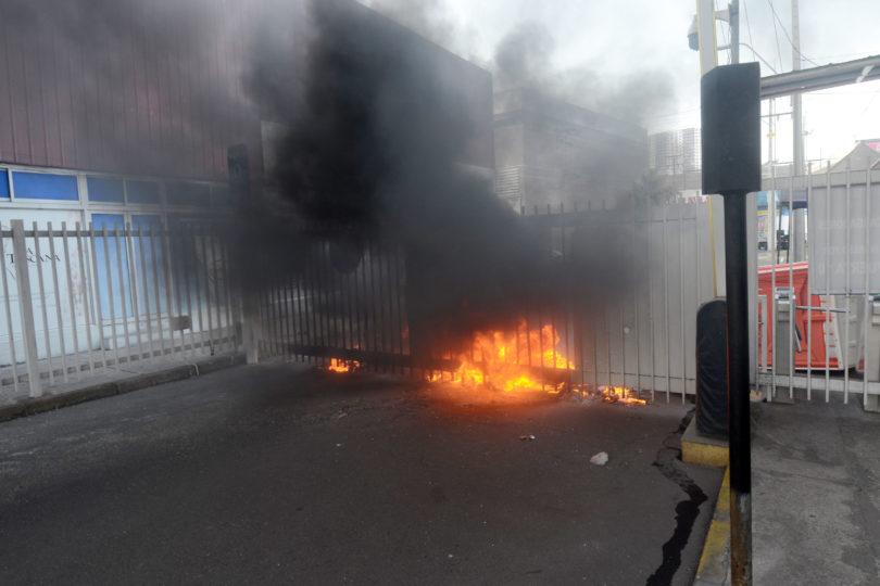 Sindicato de cargadores de Zofri se toma recinto y bloquea puertas