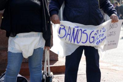 FOTOS  Adultos Mayores llegaron hasta la Municipalidad de Santiago en pañales para exigir baños gratis