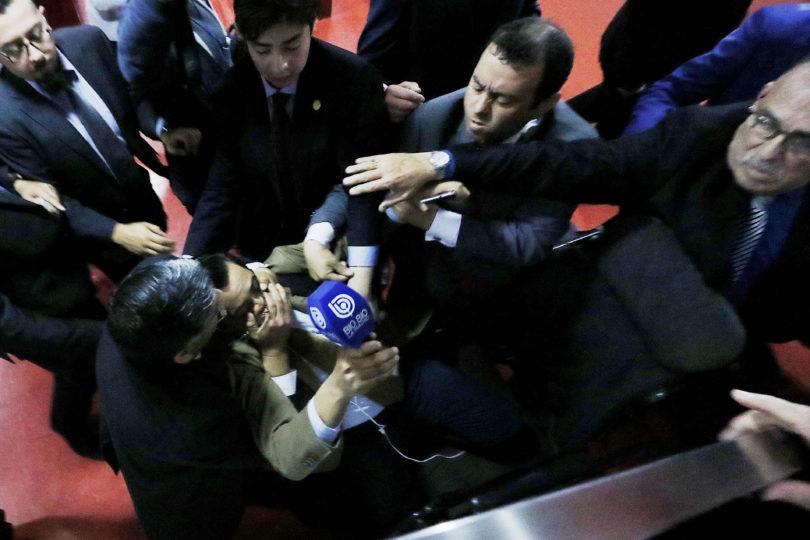 Guardias de obispo Durán agreden a la prensa por pregunta sobre lavado de activos