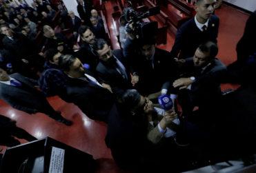 Las imágenes que echan por tierra la versión del obispo Durán por agresión de sus guardias a la prensa