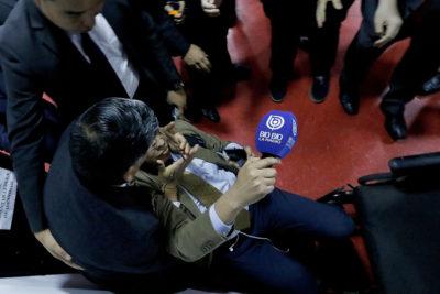 Obispo Durán desvincula a matón que usaba como guardaespaldas luego de repudio político por agresión a la prensa