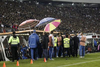 Conmebol quiere castigar a Colo Colo por hinchas que tiraron monedas a la banca de Palmeiras