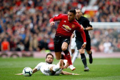 Alexis Sánchez lo pasa mal en pobre empate del Manchester United