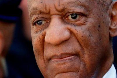 VIDEO | La salida de un esposado Bill Cosby tras ser condenado por agresión sexual
