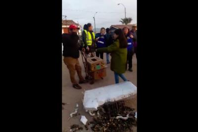 VIDEO | Hay esperanzas: emotiva reacción de la gente luego que a vendedor de La Pampilla se le cayeran sus productos