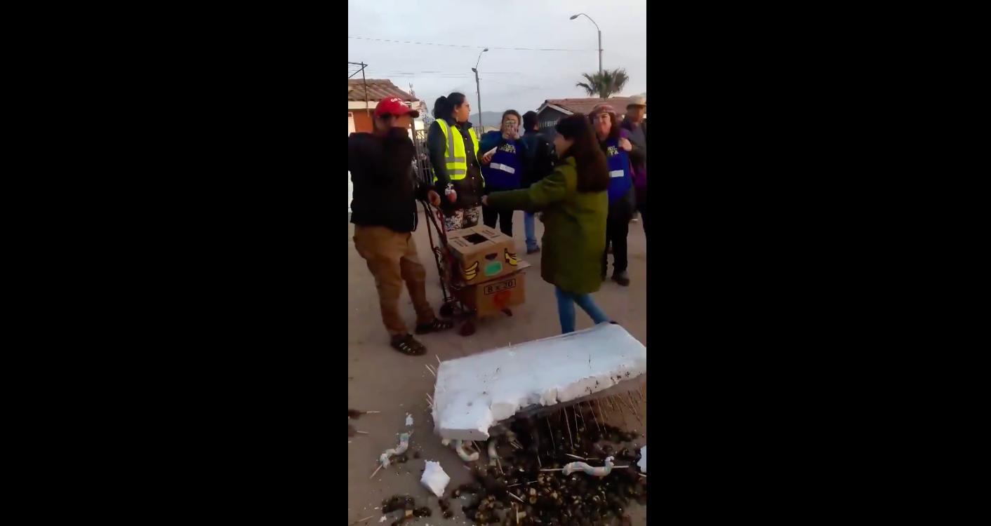"""""""VIDEO   Hay esperanzas: emotiva reacción de la gente luego que a vendedor de La Pampilla se le cayeran sus productos"""""""