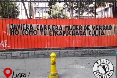"""""""Motín Estudiantil"""": el movimiento de ultraderecha que empapela liceos emblemáticos con mensajes de odio"""