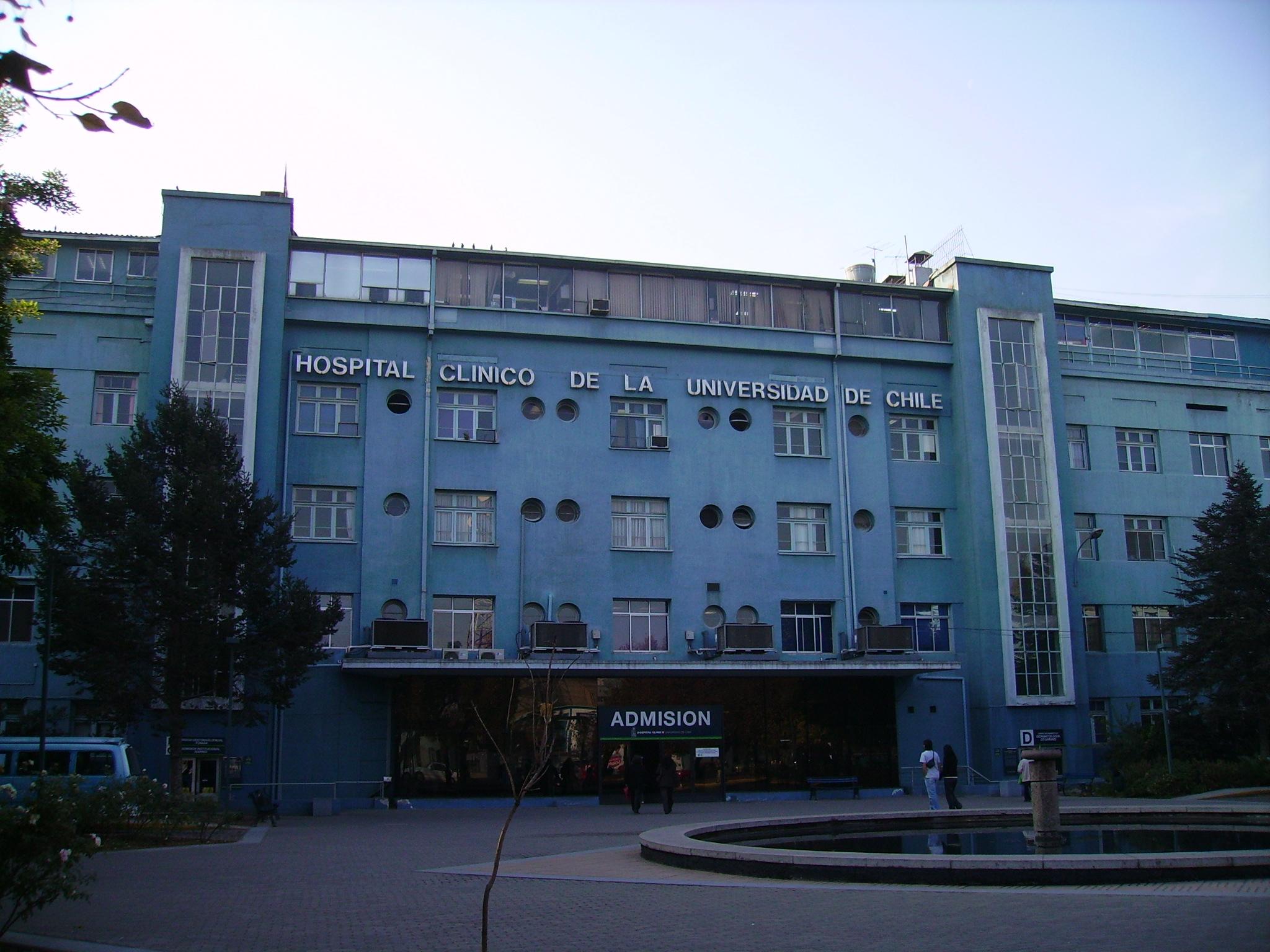 Salida del director del Hospital de la U. Chile podría concretarse en las próximas semanas en medio de acusaciones