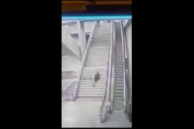 Joven cayó por las escaleras de la Línea 6 del Metro y el video llegó a medios internacionales