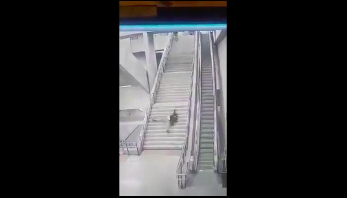 """""""Joven cayó por las escaleras de la Línea 6 del Metro y el video llegó a medios internacionales"""""""