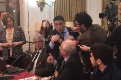 VIDEO | Los 30 segundos más tensos de Sergio Bitar al ser increpado por deudor en comisión del CAE