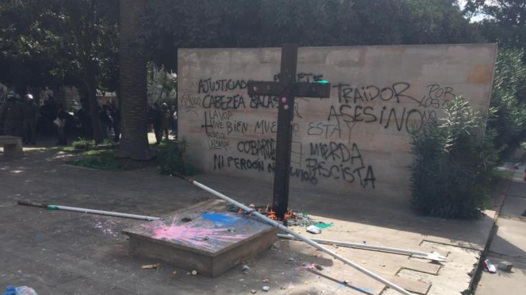 VIDEO | Atacan tumba de Jaime Guzmán en el Cementerio General