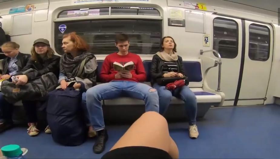 VIDEO |Feminista rusa tira cloro en la entrepierna de hombres mal sentados en el metro