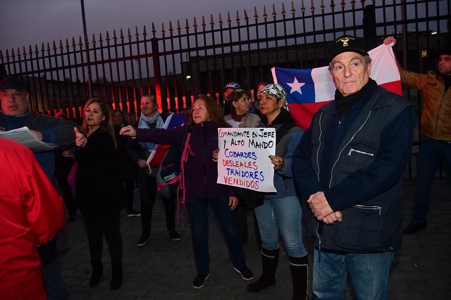 """""""Cobardes y gallinas"""": manifestantes protestan por renuncias tras homenaje a Krassnoff"""