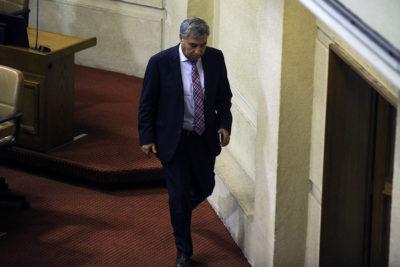 Los detalles de la demanda que presentó chofer contra diputado UDI acusándolo de quedarse con su sueldo