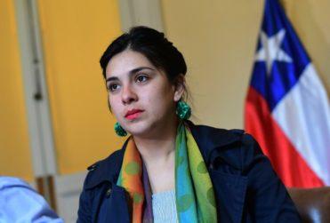 """""""Su desconexión con las mujeres es total"""": las críticas a Karol Cariola a Piñera por chiste sobre minifalda"""