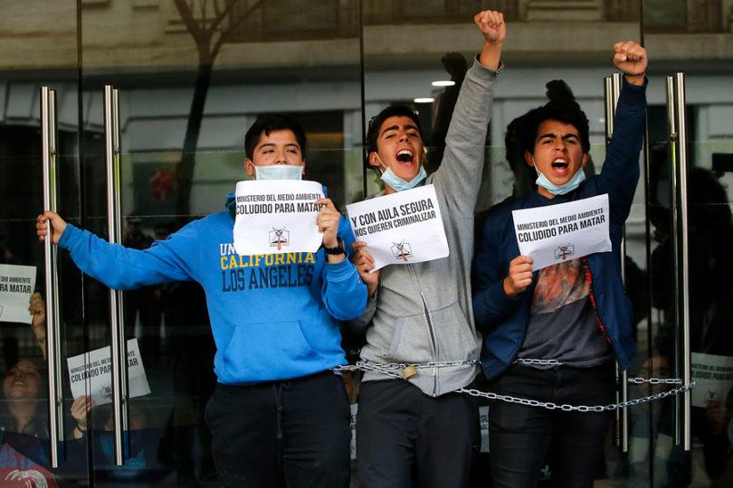 Estudiantes se encadenan en Ministerio de Medio Ambiente por Quintero y Aula Segura
