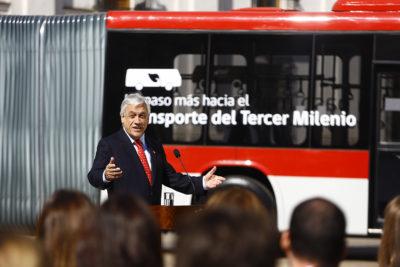 Piñera presentó nuevos buses del Transantiago con wifi y aire acondicionado