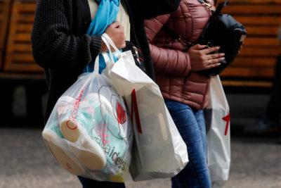 """Prohibición de bolsas plásticas """"no ha afectado experiencia de compra"""" según clientes"""