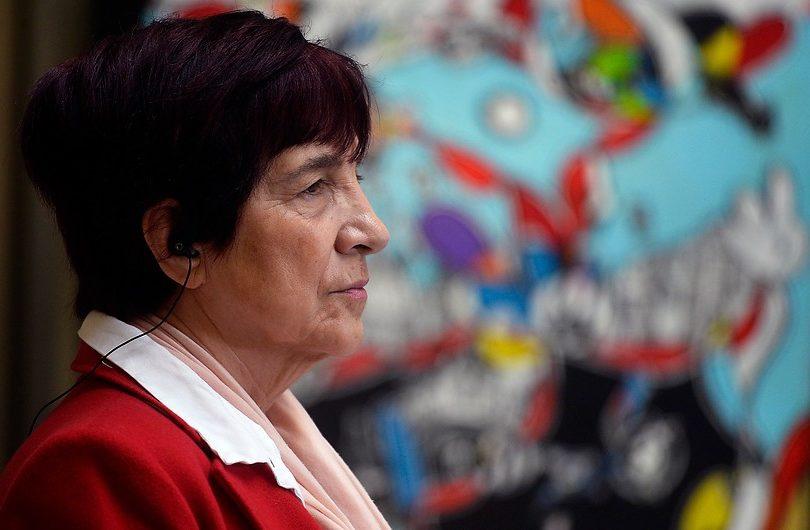 """""""Repite montajes de la Dina"""": Carmen Hertz le corta la fiesta a Camila Flores y anuncia querella por injurias"""
