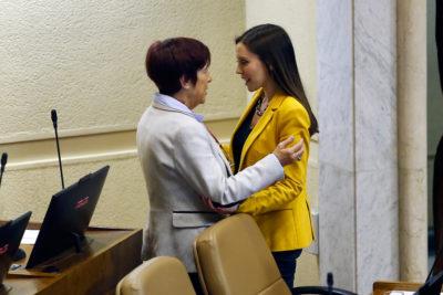 La imagen que nadie espero ver: Carmen Hertz y Camila Flores abrazadas en la Cámara