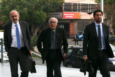 Raúl Hasbún llega a declarar como imputado por encubrimiento de abusos sexuales comentando el partido de Chile