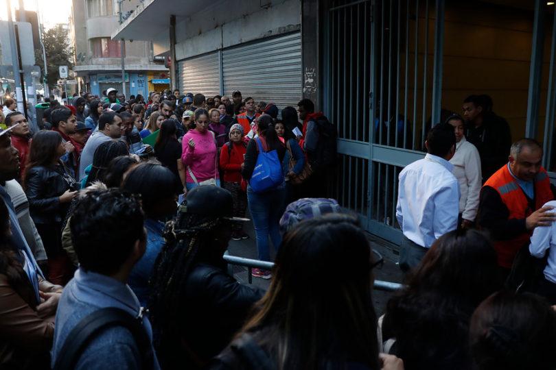 Venden números: piden investigar a quienes lucran con migrantes que acuden a Extranjería a hacer fila